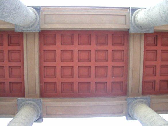 Bilde av taket under søylene