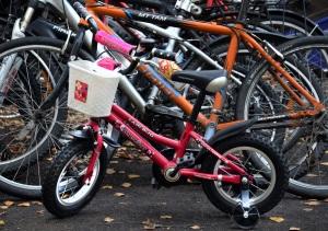 Bilde av sykler på sykkestativ