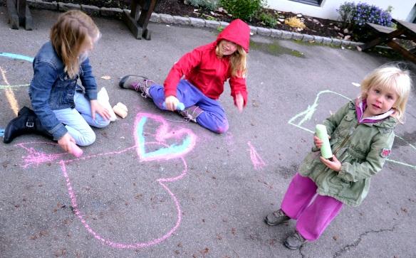 Barn i bakgården med kritt