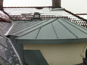 Bilde av tak med nye zinkplater
