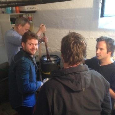 Beboere over ølgryta i nano-bryggeriet i Knud Graahs gate