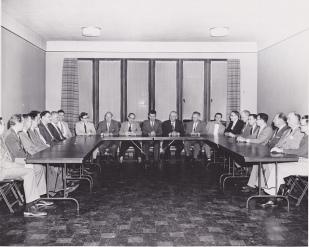 Et styremøte. Slik det kunne ha sett ut anno 1950.