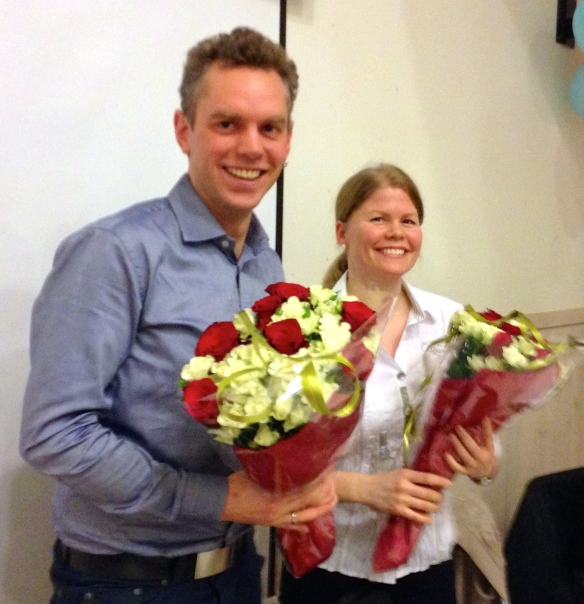 Fredrik og Tiina får blomster og takk for innsatsen!