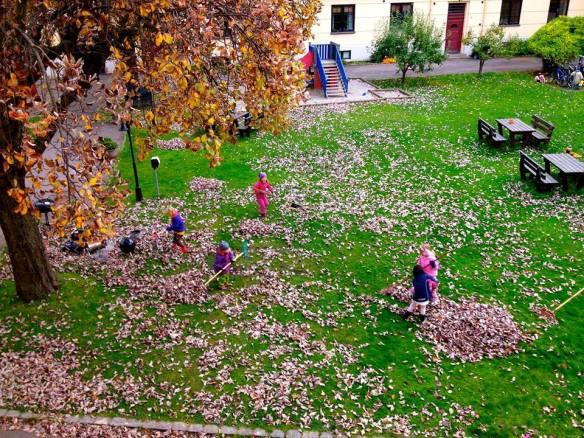Dugnadsbarn raker høstløv